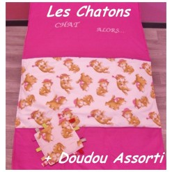 COUVERTURE Matelassée bébé + DOUDOU Assorti / LES CHATONS